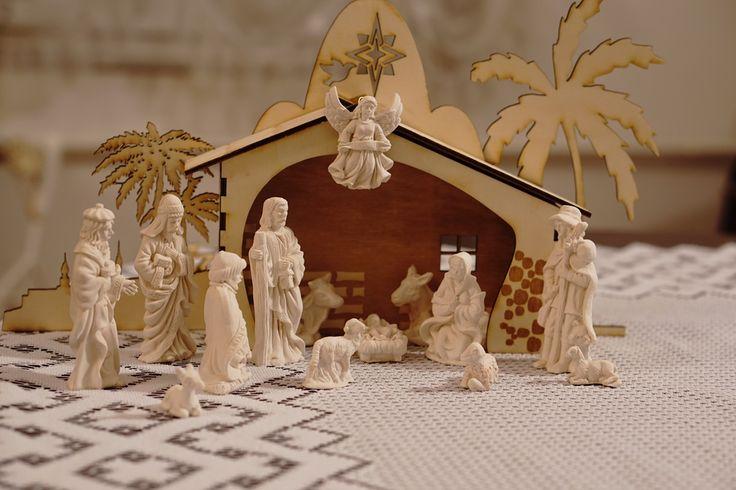 Betlém s keramickými figurkami Betlém je vyřezán z překližky z měkkého dřeva.Velikost samotné salaše je cca 20 x 20 x 4,5 cm Figurky jsou ručně lité z keramiky o velikosti figurek 4 až 10 cm. Jedná se o velmi tvrdou keramiku, která vydrží i déšť a oheň třeba ze svíček. Při trošku šetrném zacházení Vám figurky vydrží po generace. Je možné je barvit akrylovými ...