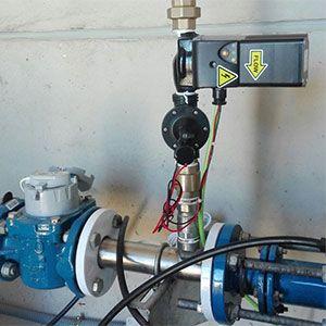 Turbina de pequeñas dimensiones para carga de baterías de 12V capaz de generar 25W a la hora a partir de un caudal de tan sólo 1 litro por segundo con un salto de presión de 1,8 Bar, con electroválvula para cerrar el paso del agua cuando detecta que la batería se encuentra cargada.