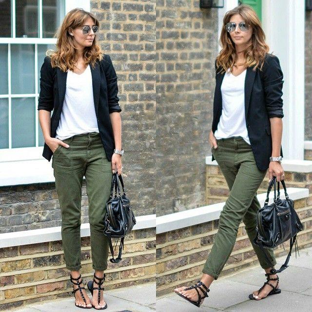 sportieve combinatie oufit groene broek, wit shirt en blauw colbert
