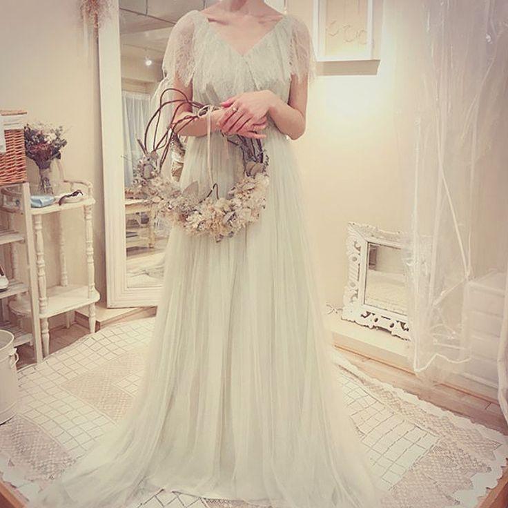 wedding... . @ysd.roy さんのご投稿をご紹介させていただきます . ウェディングドレス 肩から胸元にかけてのレースは前後ともV字にカットが入っていてかわいいです 淡いグリーンの色味も素敵です . アンティーク感やドライフラワーガーデンウェディングにとっても似合うドレスですね . . 参考になるお写真投稿がまだまだたくさん @ysd.roy さんのアカウントをチェックしてみてください . . 1.5次会.comでは花嫁さんのdiyや会場デザインドレスネイルなどなどの素敵なお写真を編集部がピックアップしてご紹介していきます プレ花嫁のみなさまぜひ参考にしてみてください 次回の投稿もお楽しみに . . . #ウェディング #ウェディングフォト #ウェディングドレス  #プレ花嫁 #花嫁 #ウェディングドレス #カラードレス #ドレス選び #ドレス試着 #ドレス迷子 #卒花嫁 #結婚式レポ #卒花レポ #ウェディングレポ #コンセプトウェディング #オリジナルウェディング #ナチュラルウェディング#花嫁 #新郎 #ブライダル #weddingdress…