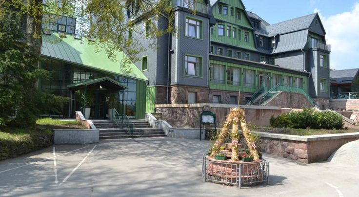 Berg- und Jagdhotel Gabelbach Ilmenau This hotel is located on the historic Goethe hiking trail in peaceful forest countryside, 5 km from Ilmenau. It offers spacious rooms, gourmet cuisine and a spa area.  Rooms at Berg- und Jagdhotel Gabelbach have a stylish ambience.