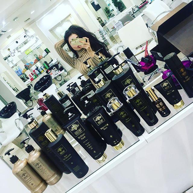 Ой девочки для меня это маленький рай @peekaboosalon Оазис для моих волос 🍀  Кому как не мне требуется постоянный уход , питание и восстановление волос ?) 😹🙈 постоянная пересушка феном , завивка , выпрямление , различные прически 🙆🏻 моим волосам приходиться совсем не сладко 😏  Открыла для себя восстановление и выпрямление волос с нанокератином от ⚜Gremy Gold ⚜ #greymy_professional косметика класса люкс  Следующее фото результата 👻