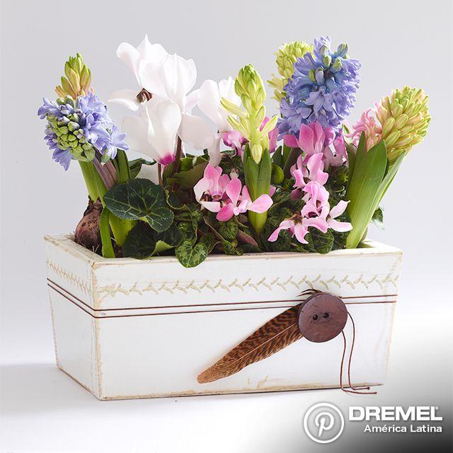 Las flores son el regalo ideal para toda ocasión. Y mucho mejor si se regalan en un florero decorativo creado por ustedes mismos.