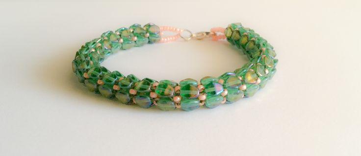 bracelet en perles de couleur vert et saumon : Bracelet par atelier-de-delphine