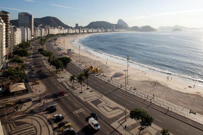 Praia de Copacabana, Rio de Janeiro. Calçamento em pedra portuguresa, projeto de Roberto Burle Marx, Haruyoshi Ono e José Tabacow<br />Foto Nelson Kon