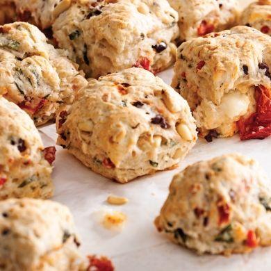 Petits pains aux tomates séchées, olives et noix de pin - Recettes - Cuisine et nutrition - Pratico Pratiques