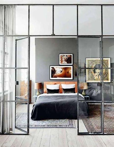Mooi zo'n glazen tussenwand in lood. Het biedt transparantie en intimiteit tegelijkertijd.