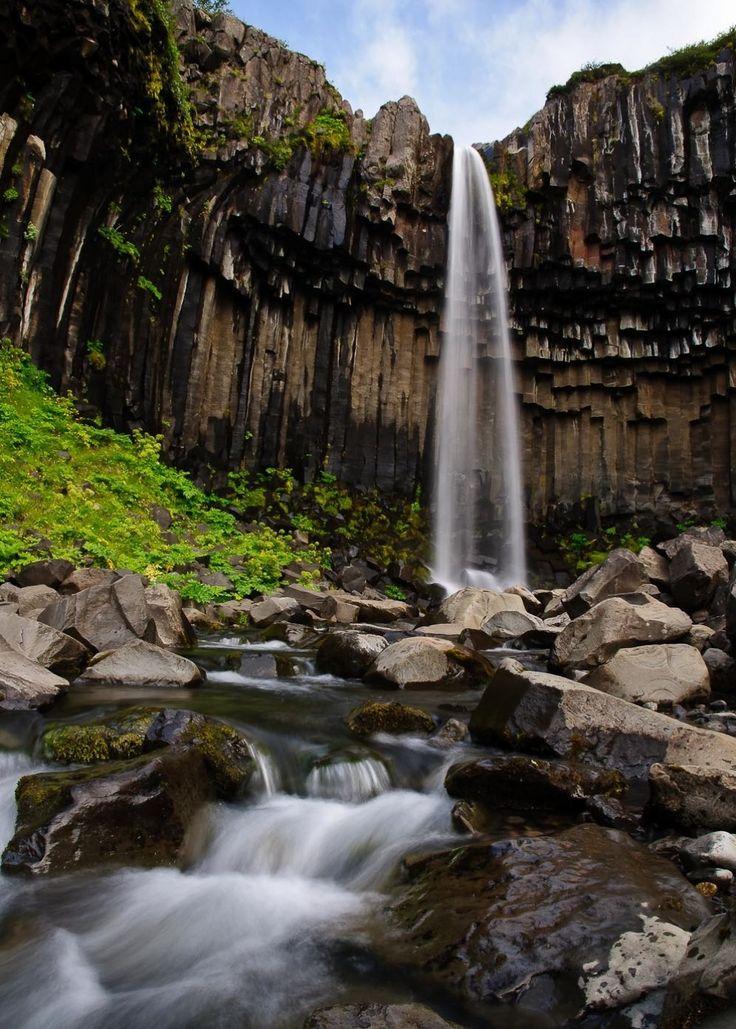 Водопад «Свартифосс»  Источник: http://www.adme.ru/illustration-and-photography/hochu-v-islandiyu-682755/ © AdMe.ru