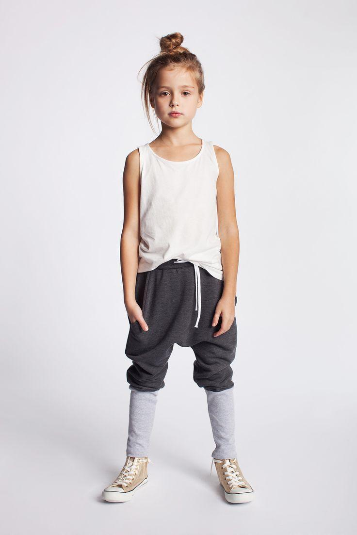 Dziewczęce bawełniane spodnie z obniżonym krokiem. https://kids.showroom.pl/dziecko/49452,dodo-spodnie-dsp07