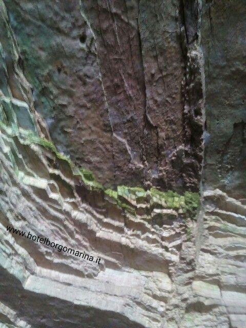 Grotta dei colori visitabile facendo il giro della costa del Gargano