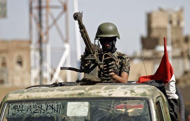 Selama 24 jam hampir 70 orang tewas dalam konflik Yaman  SANA'A (Arrahmah.com) - Bentrokan di Yaman telah menewaskan sedikitnya 66 orang dalam 24 jam ujar petugas medis dan sumber keamanan pada Ahad (22/1/2017) saat pasukan anti-Houtsi berupaya mendorong milisi Syiah Houtsi keluar dari wilayah kunci di sepanjang garis pantai.  Serangan udara oleh koalisi pimpinan Arab Saudi dan pertempuran di dekat Bab Al-Mandab telah menewaskan sedikitnya 52 militan Houtsi dan sekutunya unit militer yang…