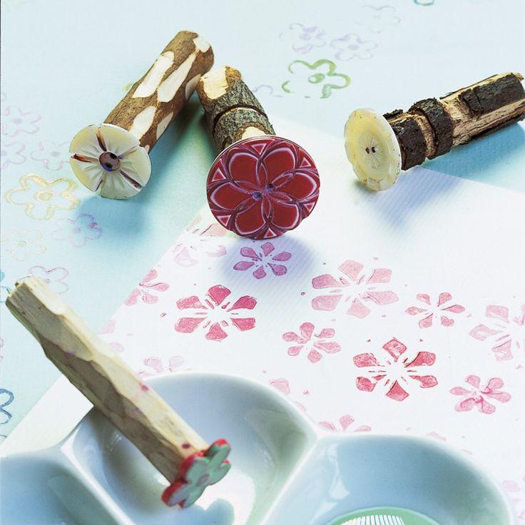 Tampons avec boutons collés au bout de batonnets en bois
