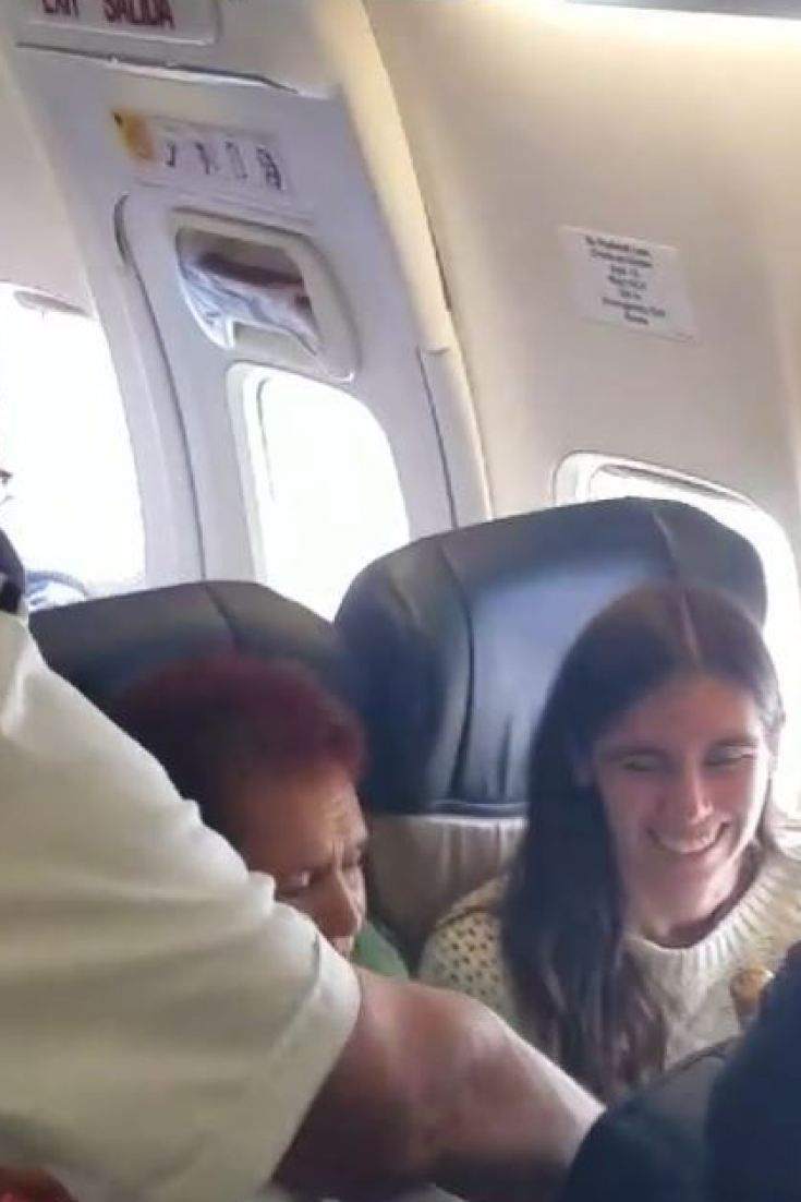 دفع الطيار لها ثمن تذكرتها وأغدق عليها الهدايا.. وهذا هو السبب