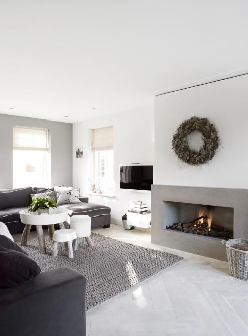 contemporary living room in white and grey with rustic elements incl' pretty wreath - Haard 2 kleuren