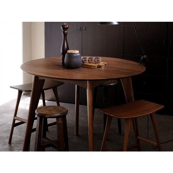 Hochtisch Osso - Ein runder Tisch, der harmonisch und unauffällig in die Umgebung eintaucht. Aber aufgepasst: Das wunderschön verarbeitete Walnuss-Holz wird dennoch alle Blicke auf sich ziehen.
