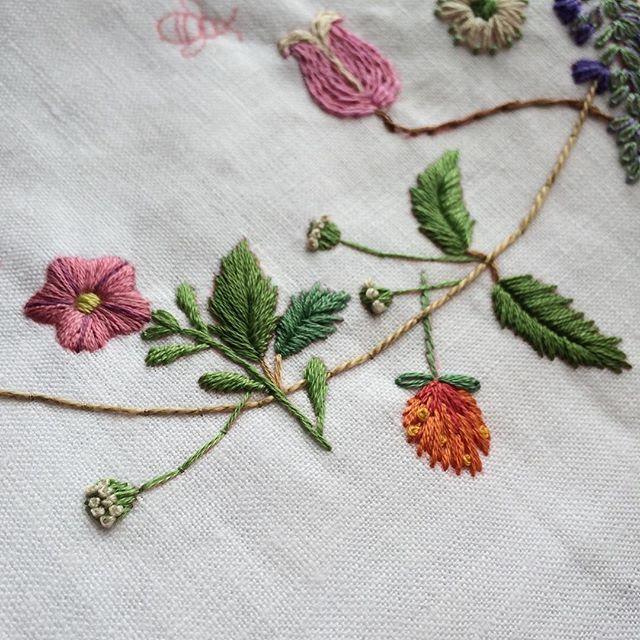 1/3まで進みました #ペチュニア #センニチコウ #刺繍 #embroidery #青木和子 #flowers
