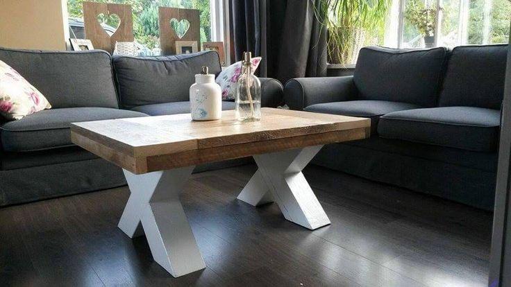 Deze stoere tafel van steigerhout met houten X poot is de perfecte salontafel wanneer u op zoek bent naar een tafel met een uniek karakter.