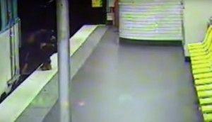 Una cámara de seguridad instalada en el interior del metro de París, Francia, captó el momento en el que un hombre que acaba de robarle su cartera a un joven que se encontraba en estado de ebriedad salva a su víctima de morir luego de que éste cayera en las vías del tren. En […]
