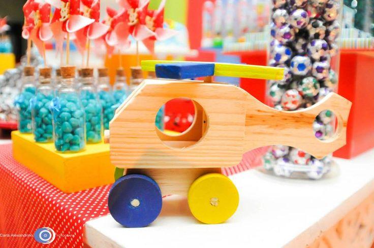 Brincadeira de menino: helicóptero de madeira, bolinhas de futebol de chocolate e cataventos de feltro espetados na garrafinha de balas!