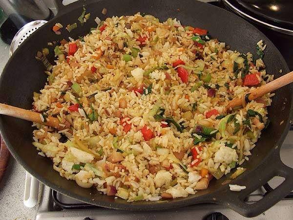 Morgenavond Nasi! Ingrediënten voor 4 personen - 500 gr rijst - 300 gr kipfilet - 1 nasi groentenpaket - 1 pakje gedroogde nasi kruiden Bereidingswijze Kook de rijst, giet het af en laat het minstens 15 minuten rusten. Bak in een wok of hapjespan het vlees rondom aan. Voeg de groenten toe. Als alles bijna gaar is de kruidenmix of pasta met een beetje water toevoegen. Als alles gaar is, het geheel voorzichtig door de rijst heen. Eet smakelijk