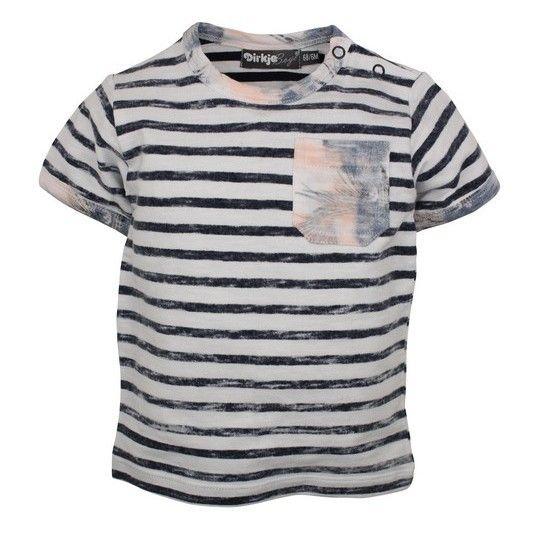 Gestreepte jongens tshirt van het kinderkleding merk Dirkje babywear.  Een blauw gestreepte jongens tshirt die voorzien is van een korte mouw. De shirt heeft een borstzakje, de mouw hals en het borstzakje heeft licht oranje strepen.