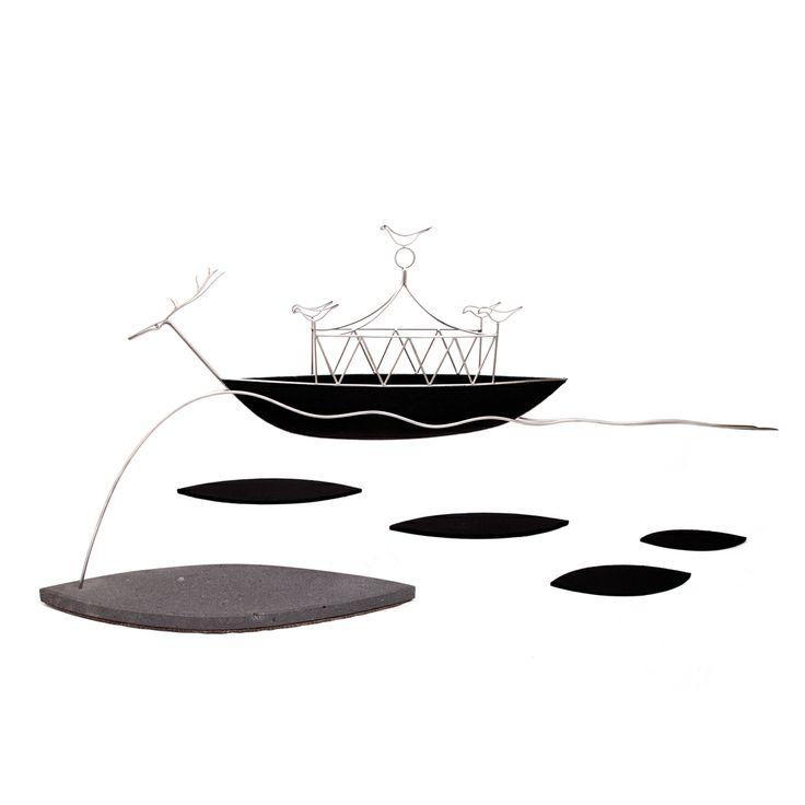 """""""Le ombre del passato e del futuro"""" Opera di Marco Sesuru. Materiali: Orbace, acciaio inox e basalto del Monte Arci"""