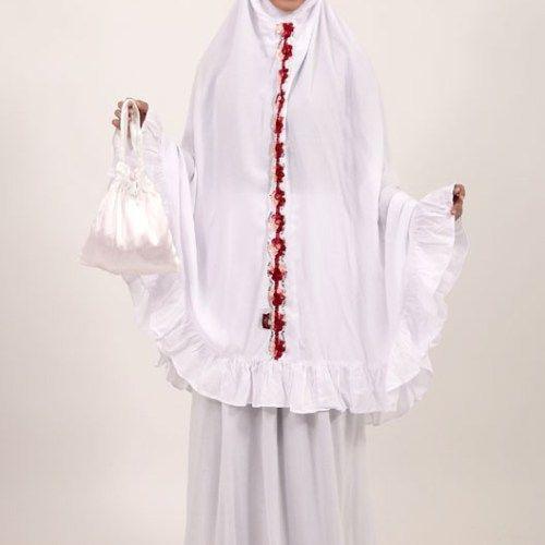 Mukena putih dengan hiasan bunga merah, sangat manis jika dikenakan :) semangat beribadah dengan mukena cantik. yuk beli di www.delhusnashop.com   #mukena #mukenacantik 3jualmukenapolos #mukenaputih #jualmukenaunik #mukenamotif