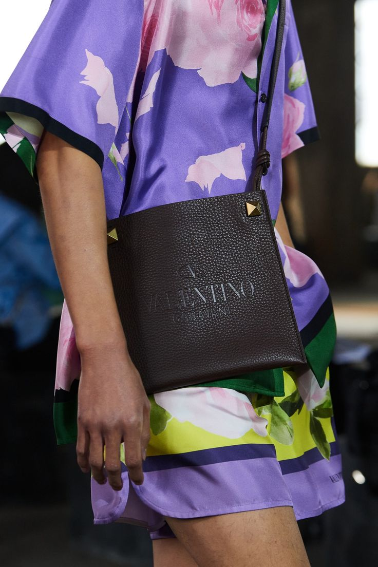 Valentino Spring 2021 Menswear collection, runway looks, beauty, models, and reviews. Runway Fashion, Fashion Show, Mens Fashion, Fashion Trends, Vogue Paris, Tweed, Best Tote Bags, Yellow Handbag, Valentino Couture