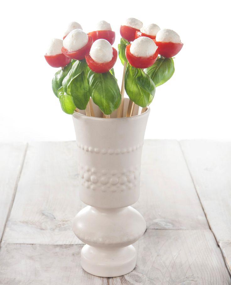 Heb jij deze schattige bloemetjes al gezien? Ze zijn om op te eten! Wil jij weten hoe je deze traktatie zelf kunt maken? We leggen het uit. Dit heb je nodig: Sat�prikkertjes Cherrytomaatjes Mozzarellabolletjes Basilicumblaadjes Zo maak je het: Halveer�