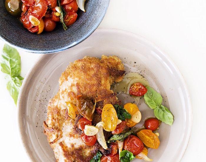 Kyllingebryst paneret med halloumi og ovnbagt tomatsalat - Måltid