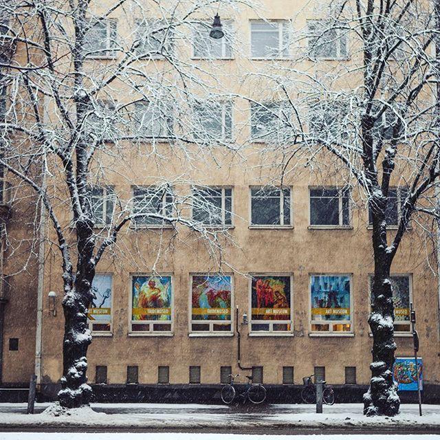 Tähän kuvaan sisältyy kaksi mainitsemisen arvoista asiaa: tänään on tullut taivaalta ilahduttava määrä kisatunnelmaa eli lunta! + taidemuseolla avautuu huomenna uusi näyttely, jota uudistuneiden aukioloaikojen ansiosta voi ensi viikosta lähtien mennä katsomaan myös sunnuntaina! #lahti #kisakaupunki #salpausselänkisat #lahdenmuseot #lahdentaidemuseo #cityoflahti #lumi