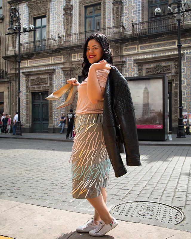 Una llega a una edad en la que los viernes se vuelven ese momento de felicidad donde te quitas los tacones y tu meta es llegar a ver tu serie y pedir uber eats. SE VALE LO MEREZCO! #friday #viernes #yasevale #adiostacones #blogger #curvy #plussize #fashion #happy #plussizefashion #netflixandchill #sneakers #asos #cdmx #downtown #christianlouboutin #curvyfashion
