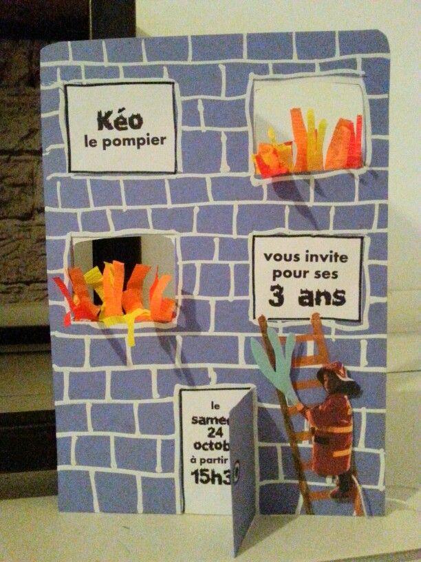 Invitation pour l'anniversaire des 3 ans sur le thème des pompiers. Le personnage bouge et monte à l'échelle pour éteindre le feu...