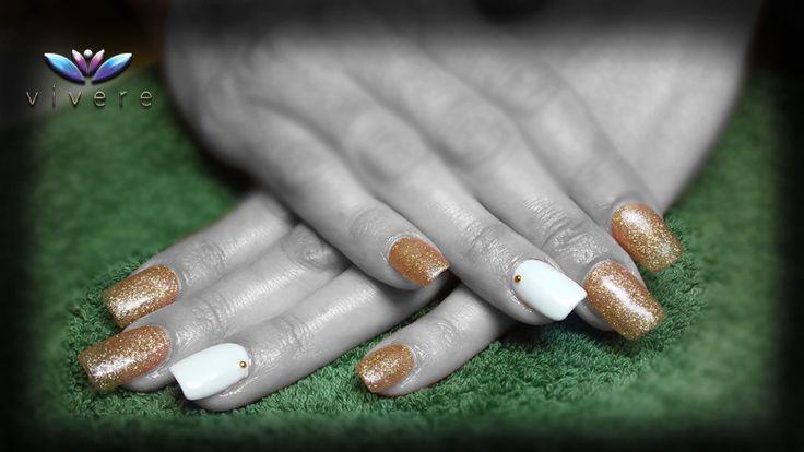 Επέκταση με φόρμα-τζελ, και ημιμόνιμο λευκό και χρυσό γκλίτερ με χρυσό στρας. #extension #gel #semipermanent #white #gold #strass #manicure #nails #vivere