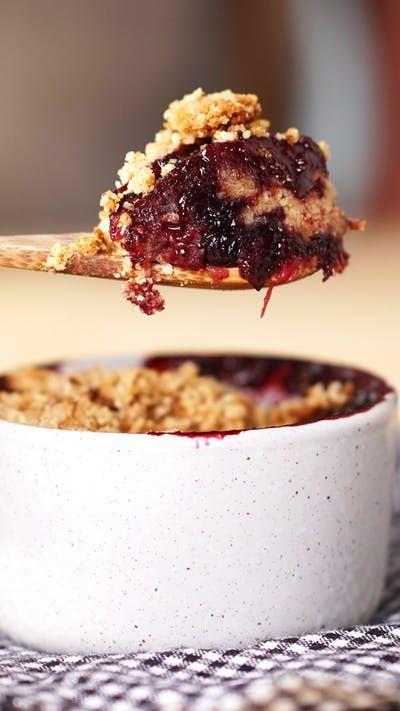 Esse crumble de frutas vermelhas feito com aveia é uma delícia, além de ser uma sobremesa que vai conquistar qualquer um!