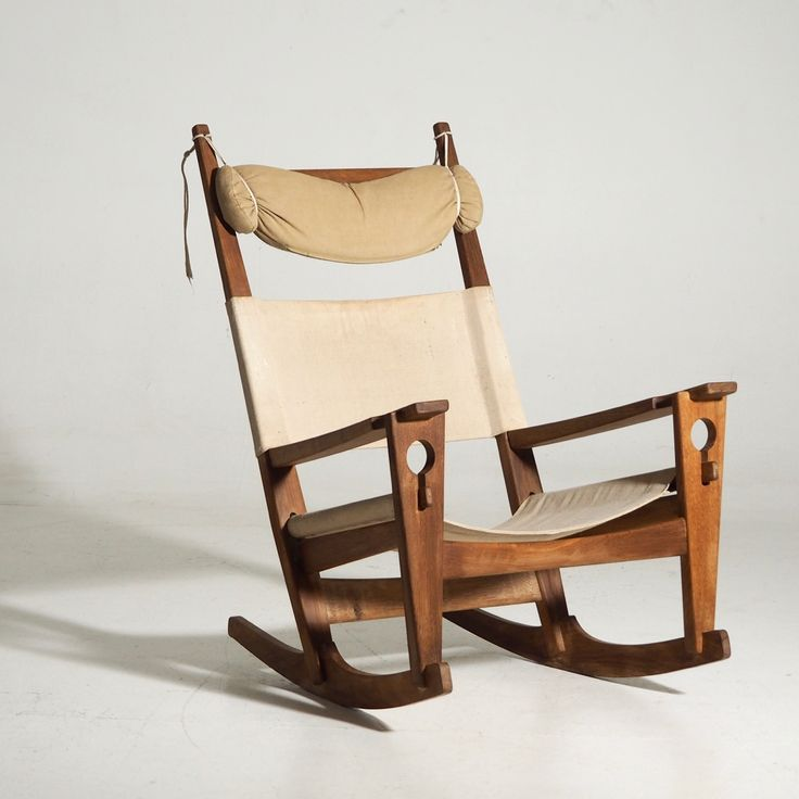 Ref No. 13186-1A  H. J. Wegner rocking chair 'Nøglehullet' made of oak. Formed in 1967. Made by Getama, model GE-673.