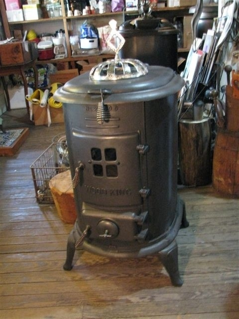 """Antique """"Wood King"""" woodburning stove. Minimalist while still having a real personality. So cool. #cabin #fireplace"""