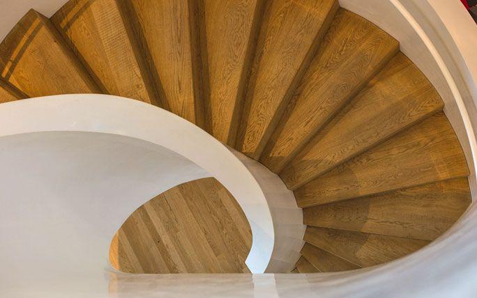 Organische Formen: geschwungene Treppe im Vitra Haus
