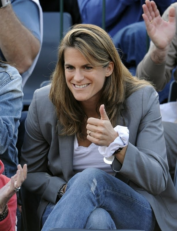 amelie-mauresmo-sexe-naked-playing-video-games-gif