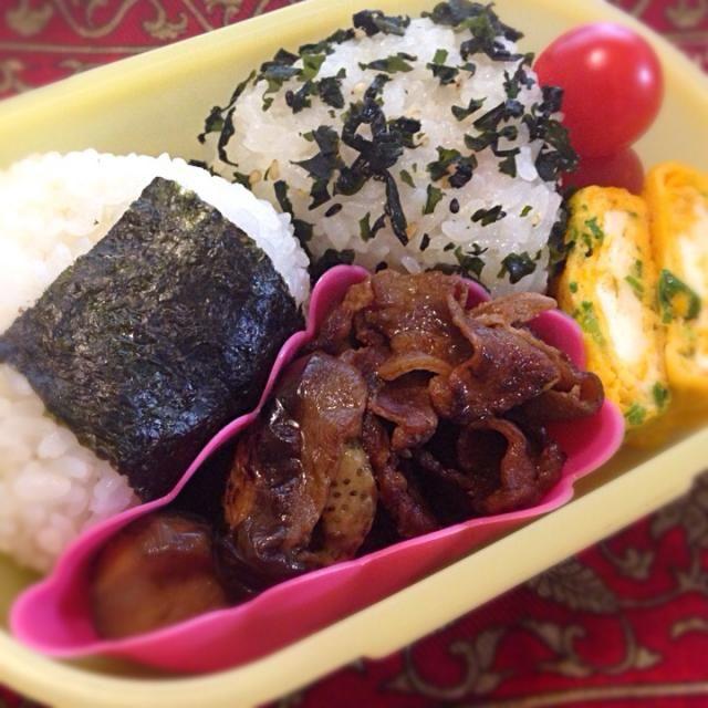 おはようございます(^-^)/ 今日は定番の海苔むすびとわかめむすび、おかずは豚肉と茄子の生姜炒めです。また一週間頑張りますっp(^_^)q - 17件のもぐもぐ - おにぎり弁当 by moeyun