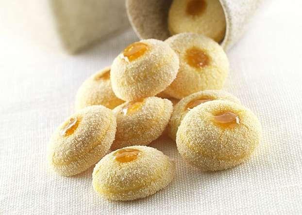Luca Montersino ci propone la ricetta di un piccolo peccato di gola: il Novarino, goloso biscotto farcito con confettura di albicocche.