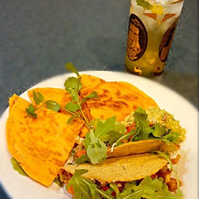 レシピとお料理がひらめくSnapDish - 3件のもぐもぐ - vegetarian night: bean/cheese quesadilla and tofu raco with homemade ghost pepper salsa and guacamole by Jiraphon G