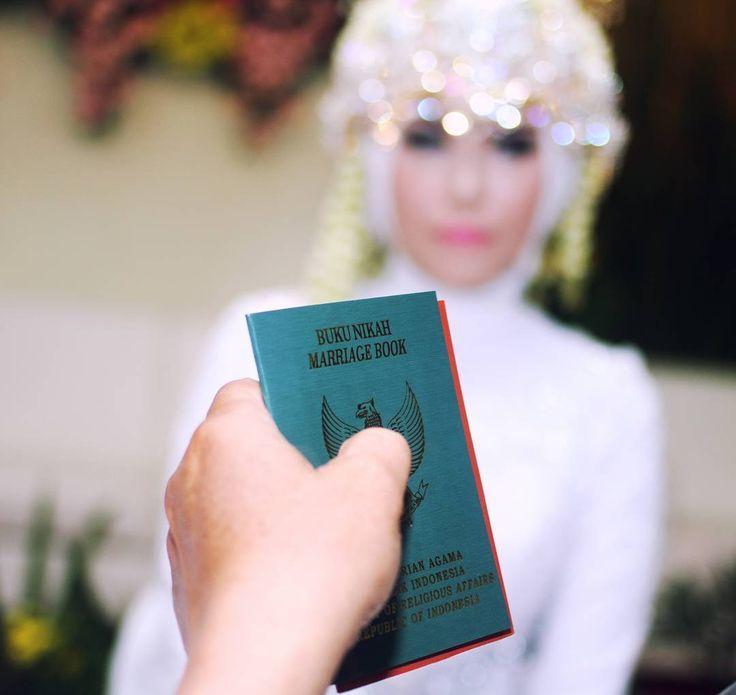 �� Jadikanlah pasanganmu tempat untuk berlabuh dan membagi semua momen dalam hidupmu.bahagia,rasa sakit,lelah dan bahkan masa depan . ��@irvanpastrana  #photopernikahan #weddingorganizer #wobandung #prewedding #akadnikah #weddingdress #weddinggown #pernikahanindonesia #traditionalwedding #pengantin #perkawinan #makeuphijab #thebridedept #gaunpengantin #kebaya #hijabindonesia #weddingku #pernikahanadat #makeuppengantin #kebayaindonesia #weddingindonesia #makeupwedding #kebayamodern…
