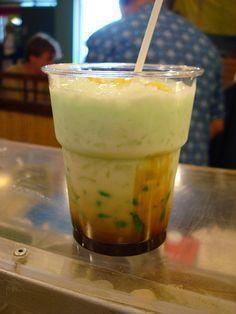 Tjendol is een verfrissende ijskoude drank van suiker en kokos uit Indonesië.