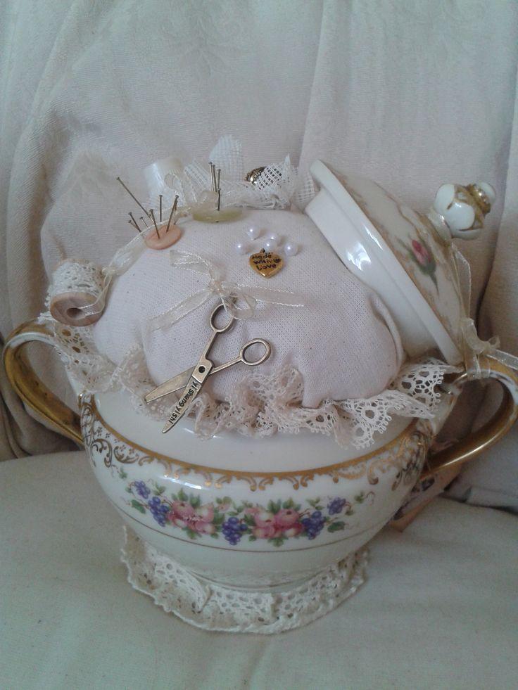 Van oude suikerpot speldenkussen gemaakt....   Nelleke Verkouter