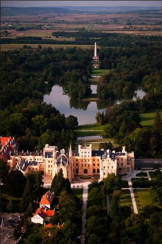 Lednice Chateau. El Palacio romántico de Lednice, de la República de Checa; está en un área natural a la orilla del río Dyje.