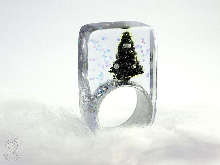 Schöne Bescherung – Funkelder Weihnachts-Harz-Ring von Geschmeide unter Teck auf DaWanda.com