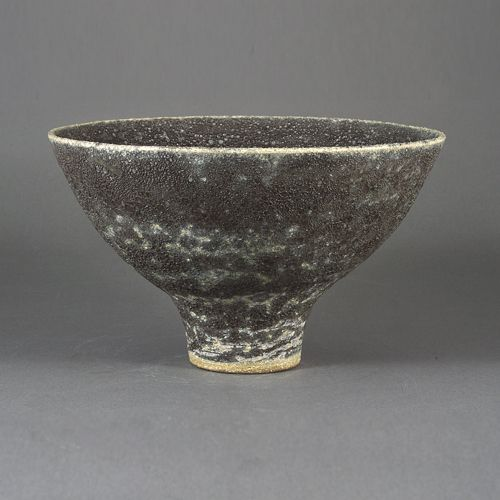 Lucie Rie: Footed Bowl c. 1980 H. 11.5 cm x Dia. 19.5 cm