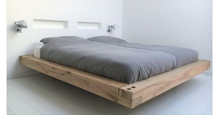 Stoer robuuste houten bedombouw. Zwevend houten bed van rustiek eiken balken. Houten bedden voor meer sfeer !!