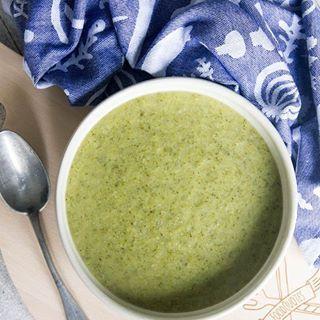 Deze romige broccolisoep met dille is ongelofelijk lekker! 😍 🙌 Veel lekkerder dan de standaard brocollisoep én met een geheim ingrediënt 😏. . Directe link naar recept in bio. . #soup #soep #broccoli #broccolisoup #broccolisoep #lunch #voorgerecht #paleo #lactosevrij #health #healthy #healthyfood #gezond #gezondeten #foodie #foodquotesnl